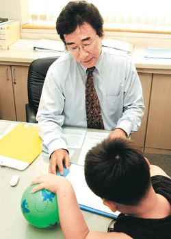 한 대학병원에서 신경정신과 의사가 주의력 결핍 과잉행동장애(ADHD)로 의심되는 아이를 진료하고 있다. 사진 제공 삼성서울병원