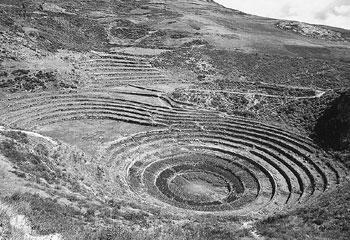 마라 마을 부근에 있는 원형의 계단식 실험 경작지. 고대 잉카인들은 계단 높이에 따라 환경 조건이 미세하게 차이가 나는 점에 착안해 특정 농작물에 맞는 최적의 경작 조건을 찾는 실험장으로 사용했다. -사진제공 페루 문화청
