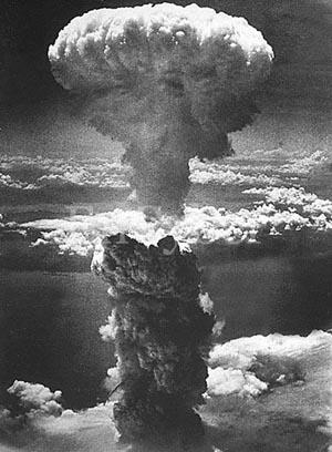 히로시마에 투하된 원자폭탄 폭발 장면, 세이건 박사는 핵폭탄으로 핵겨울을 초래하려면 일본의 히로시마에 떨어진 약 12킬로톤의 원자폭탄이 무려 41만 6,667개나 폭발해야 한다고 계산했다.
