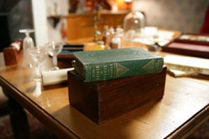 종의 기원: 1859년 11월 출간돼 인류의 세계관을 뿌리째 흔들어놓은 찰스 다윈의 '종의 기원'. (사진제공 오클랜드박물관)