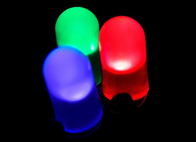 기본적인 형태의 LED 전구. LED는 재료가 되는 반도체 화합물에 따라 다양한 색깔을 낸다. 빛의 3원색인 빨강과 녹색, 파랑색 LED가 차례로 개발되면서 빛이 필요한 모든 분야에서 다양하게 쓰이고 있다. 출처 위키미디어.