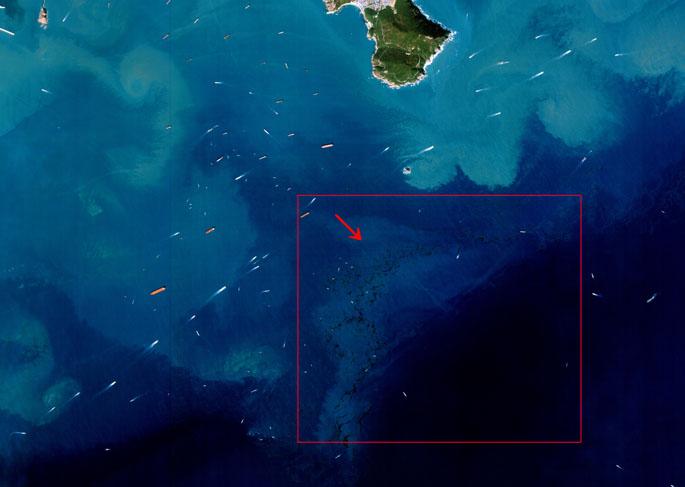 부산 영종도 기름유출 현장 사진. 붉은 색 화살표로 표시한 부분이 넓게 펼쳐진 기름띠의 모습이다. - 한국항공우주연구원 제공 제공