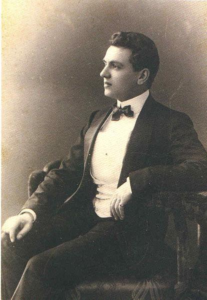 1921년 출시된 전설의 향수 '샤넬 No.5'를 창조한 천재 조향사 어네스트 보. 그는 샤넬 No.5에 합성 향료 물질 지방산알데히드를 사용했는데, 그 가운데 하나인 데카날은 이번에 밝혀진 염소 페로몬 4-에틸옥타날의 이성질체다. - 위키피디아 제공