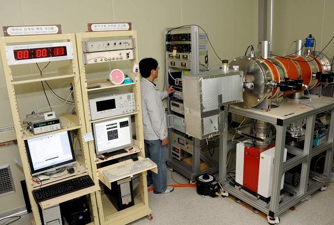 한국표준과학연구원이 운영하고 있는 국가표준시계 KRISS-1. 30만 년에 1초 오차만 허용할 정도로 정밀하다. 표준연은 이 같은 국가표준 시간을 수십 kHz(킬로헤르츠) 정도의 주파수에 실어 보내는 '장파방송국' 설립을 추진하고 있다.  - 한국표준과학연구원 제공