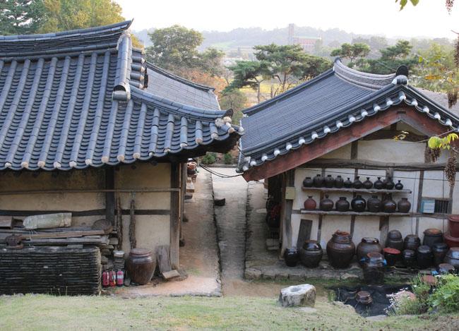 좌측이 안채건물이고 우측이 곳간채다. 두 건물 사이는 앞이 넓고 뒤가 좁은 형태로 되어 있다. - 양길식 제공