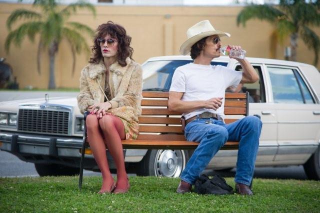 영화 '달라스 바이어스 클럽'의 한 장면으로, 론(오른쪽)과 호모로 역시 HIV보균자인 레이언(자레드 레토)이 약물 밀수 동업자로 나온다. 이 역할로 매튜 맥커너히는 아카데미 남우주연상을, 레토는 남우조연상을 받았다. 그러나 레이언은 가공의 인물이다. - 나이너스엔터데인먼트 제공