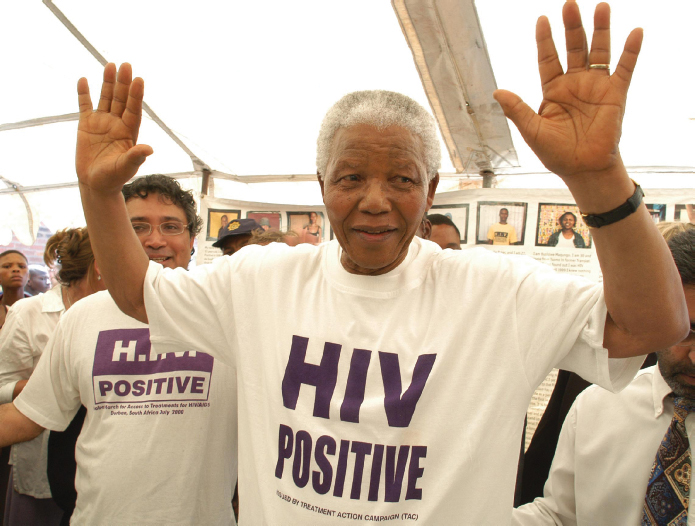 지난해 타계한 넬슨 만델라 전 대통령은 재임 기간(1994~1999년) 중 에이즈 퇴치 운동을 소홀히 한 걸 가장 후회했다고 한다. 퇴임 후 여생을 에이즈 퇴치와 HIV보균자 차별 철폐에 보낸 만델라는 'HIV양성'이라고 쓴 티셔츠를 즐겨 입었다. - 국경없는의사회 제공