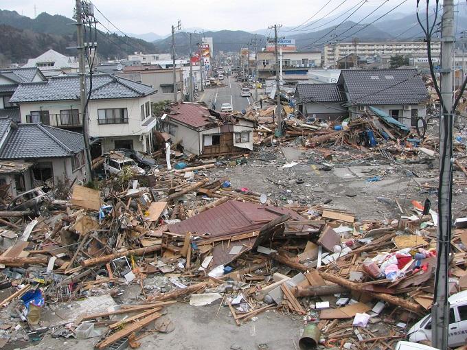 강한 지진은 해일이나 도로 및 가옥 붕괴 등의 큰 피해를 가져온다. 투명망토 기술을 응용하면 지진파 에너지를 감소시키거나 피해 없이 그대로 통과시키는 기술도 개발할 수 있을 것으로 보인다. 지진해일(쓰나미)이 덮쳐 큰 피해를 입은 2011년 3월의 일본 이와테 현 오후나토 시의 모습.
