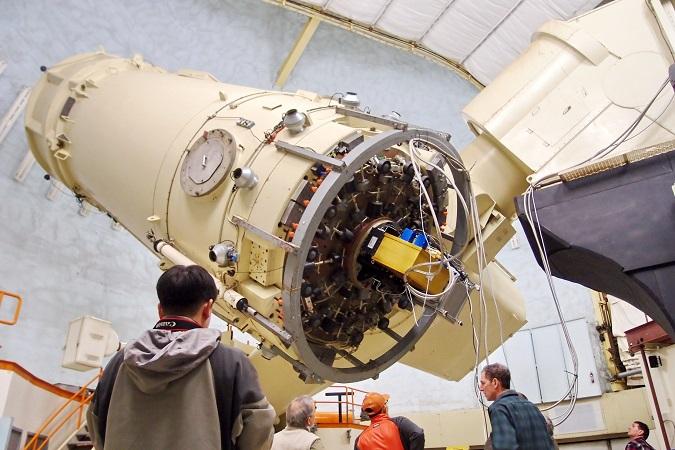 미국 텍사스 맥도날드천문대의 2.7m 망원경 뒷편에 설치된 적외선 고분산 분광기(IGRINS) 모습(노란색 박스). - 한국천문연구원 제공