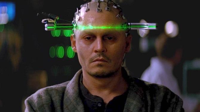영화 '트랜센던스'에서 천재 과학자 윌(조니 뎁)이 뇌의 전기신호를 컴퓨터로 전송하고 있다. 최근 세계적으로 활발히 연구되는 뇌-컴퓨터 인터페이스(BCI)는 인간과 기계의 경계, 현실과 가상공간의 경계를 허물어뜨리고 있다.  - 조이앤컨텐츠그룹 제공