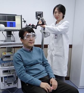 정용안 가톨릭대 교수팀은 초음파를 이용해 가상의 촉감을 생성하는 기술을 연구하고 있다. 지금까지 뇌에서 짜릿함, 차가움 등을 관장하는 부위를 찾아냈다.