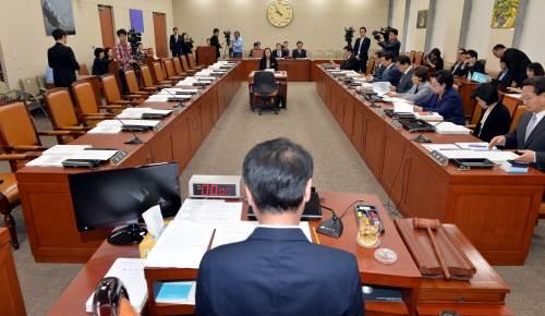 8일 국회 미래창조과학방송통신위원회는 야당 의원이 참석하지 않은 가운데 KBS 시청료 인상안을 전체회의에 상정했다. - 동아일보DB 제공