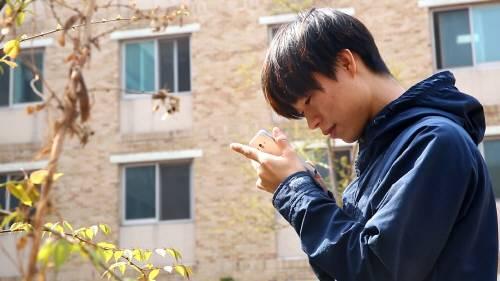 스마트폰 중독자들은 자신도 모르게 좁은 화면에 빠져들어 몰입한다. - 동아일보 자료사진 제공