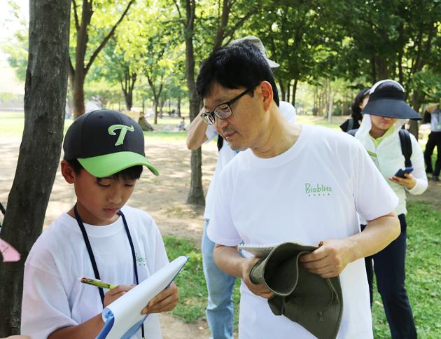 2014 바이오블리츠에 참가한 신원섭 산림청장이 동아사이언스 기자단과 함께 이야기를 나누고 있다. - (주)동아사이언스 제공