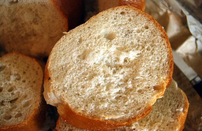 물리학의 관점에서 빵은 고체거품으로 80%가 공기로 이뤄져 있다. 빵은 글루텐과 효모의 위대한 공동작품이다.  - (주)동아사이언스 제공