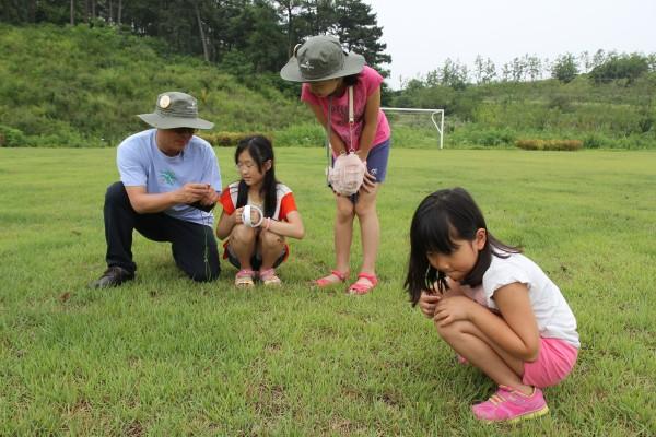 장이권 교수가 탐사대원들과 함께 메뚜기를 관찰하고 있다. - (주)동아사이언스 제공