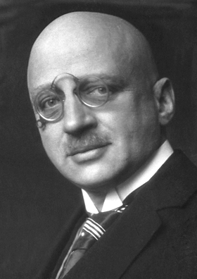 1909년 조수 로버트 르 로시뇰과 함께 질소와 수소에서 암모니아를 합성하는 방법을 개발한 독일 화학자 프리츠 하버. 특허로 많은 돈을 벌었고 1918년 노벨화학상도 받았지만 1차 세계대전 동안 화학무기 개발에 열을 올리면서 이를 수치스럽게 여긴 아내가 자살하는 등 사생활은 순탄치 않았다. - 위키미디어 제공