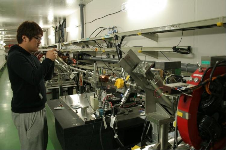 경북대 물리학과 연구원이 일본 국립 고에너지 물리연구소에 설치한 빔 진단시스템을 조작하고 있다. - 김은산 교수 제공