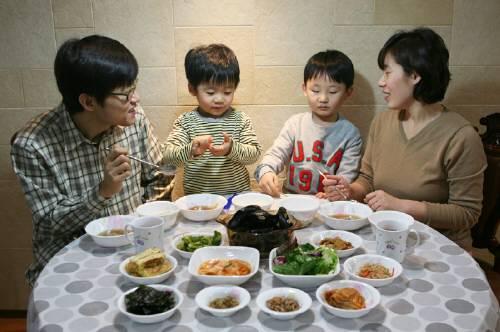 가족들이 함께 저녁식사를 하면서 이루어지는 대화가 청소년 정신 건강에 큰 도움을 주는 것으로 밝혀졌다.  - 동아일보DB 제공