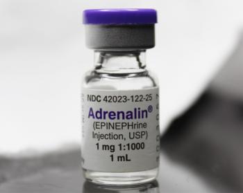 대표적인 신경전달물질인 아드레날린(에피네프린) 약제. 신경전달물질은 기능이 다양하여 특정 질환이나 증상에 대한 처방제로 종종 이용된다. - Jfoldmei 제공
