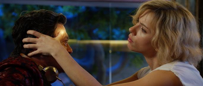 영화 '루시'에서 여주인공 루시는 합성 마약의 힘으로 뇌를 100% 활용하며 다양한 '초능력'을 선보인다. - UPI코리아 제공 제공