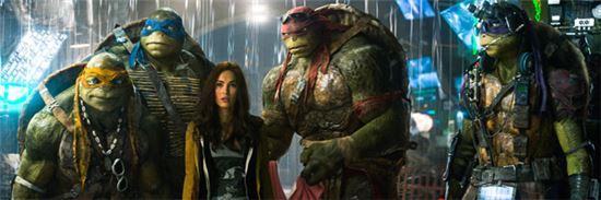 영화 '닌자터틀'에 등장하는 주인공 거북은 실험용 약물로 돌연변이가 일어나 사람과 동일한 수준의 지능과 체구를 얻었다. - CJ E&M 제공 제공