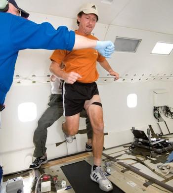 달과 같은 중력 환경에서 걷기와 달리기 실험을 하고 있는 나사 연구진. - NASA 제공