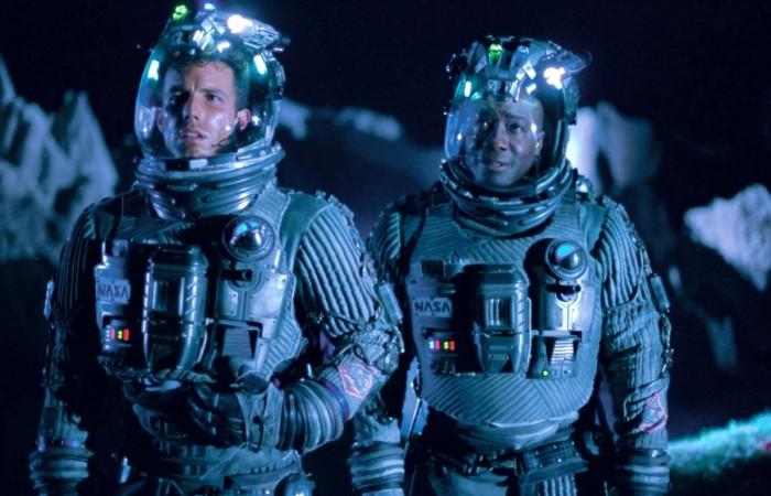영화 아마겟돈의 한 장면. 소행성과 충동 위기에 놓인 지구를 구하기 위해 최신식 우주복을 입은 우주비행사들이 출동한다. - (주)동아사이언스 제공