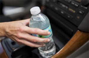 차 안에서 데워진 생수, 마시지 마세요
