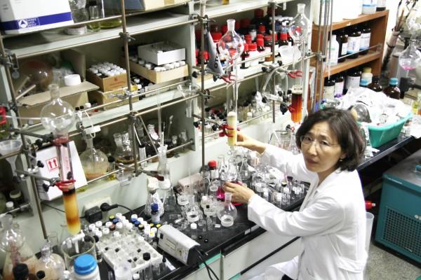 최근 '한국판 퀴리 부인'으로 꼽힐 만큼 활약이 돋보이는 여성 과학자들이 늘고 있다. 김윤희 경상대 교수는 특허를 24건이나 보유한 특허 전문가이다.
