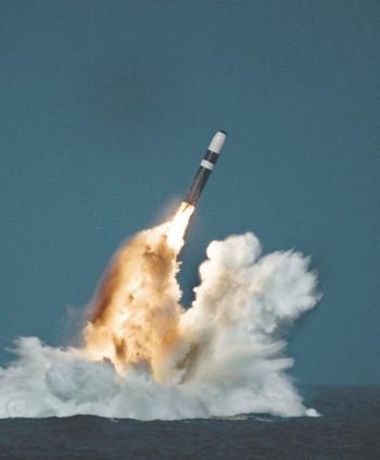 미군 핵잠수함에서 발사되는 SLBM 트라이던트-II의 모습.