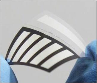 국내 연구진이 효율이 높으면서도 잘 휘는 플라스틱 태양전지를 개발했다. - 성균관대 제공
