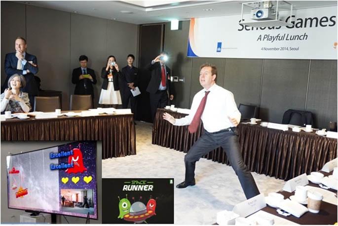 학생들이 개발한 스포츠와 헬스 융합 게임인 '스페이스 러너'를 직접 플레이하고 있는 사이먼 스미스 네덜란드 외무경제차관 - 여명숙 교수 제공