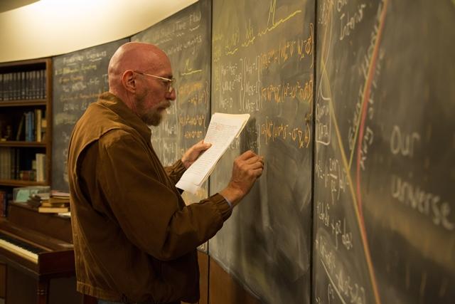 킵 손 교수가 직접 영화의 소품이 될 칠판에 물리 공식을 적고 있다. 물리학자들에게 킵 손이란 존재는