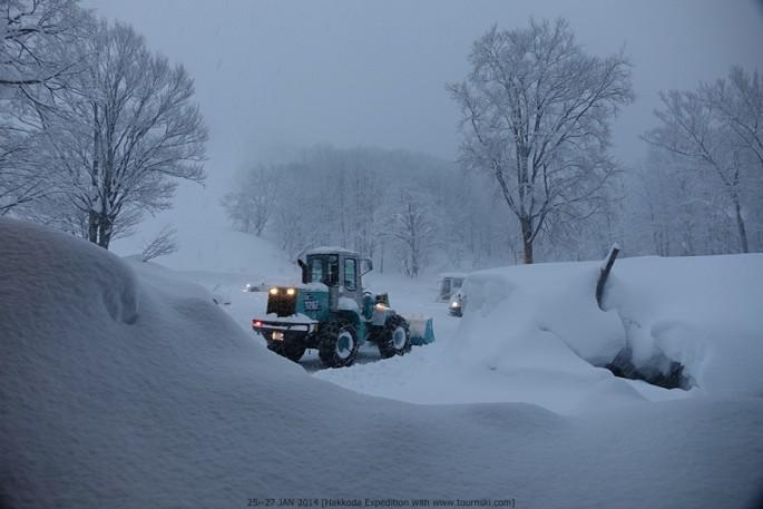 핫코다 산 입구 숙소의 아침모습. 트랙터를 동원해 밤 사이 쌓인 눈을 치우고 있다.