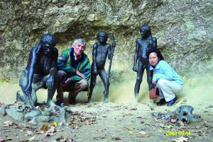 현재 크라피나 유적에는 네안데르탈인이 식인 풍습을 가졌다고 보고 동상을 복원해 놨다. 오른쪽이 필자이고 왼쪽은 야코브 라도브치치 크로아티아 국립박물관장이다. - 이상희 제공