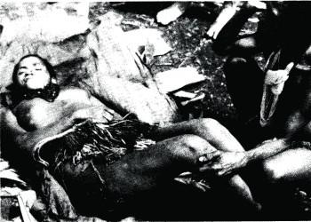 쿠루 병에 걸려 죽은 어머니와 슬퍼하는 딸. - 다니엘 가이두섹/노벨 재단 제공
