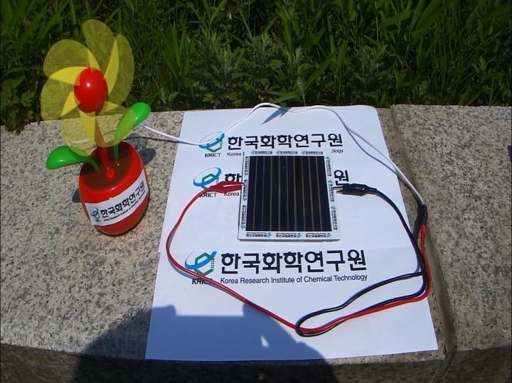 석상일 한국화학연구원 박사팀은 가로세로 10cm 크기의 페로브스카이트 태양전지 모듈을 제작한 뒤 선풍기와 연결해 정상적으로 작동하는 것을 확인했다. - 한국화학연구원 제공