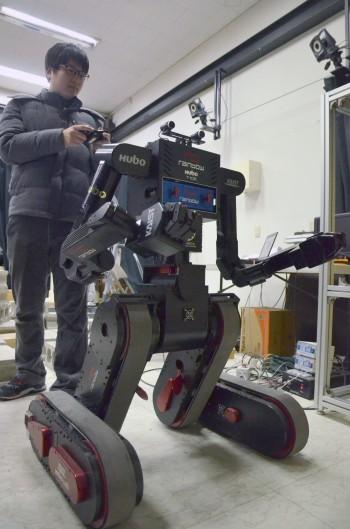 KAIST 휴머노이드로봇 연구센터 연구원이 새롭게 개발한 전쟁용 구조로봇 T-100을 조종해 보이고 있다. - 전승민 기자 enhanced@donga.com 제공