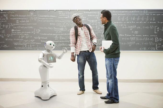 예정대로라면 다음 주 출시되는 본격 범용 휴머노이드 소셜로봇인 페퍼. 사람의 감정을 읽는데 특화된 휴머노이드로, 페퍼와 대화를 나누는 사람들의 표정에서 진정한 기쁨이 느껴진다. - Aldebaran Robotics 제공