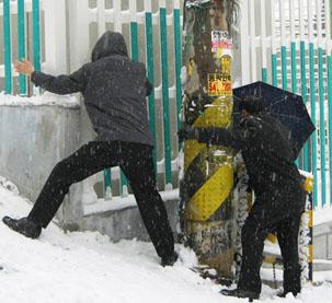 한파에 폭설까지, 빙판길 미끄러지지 않는 방법