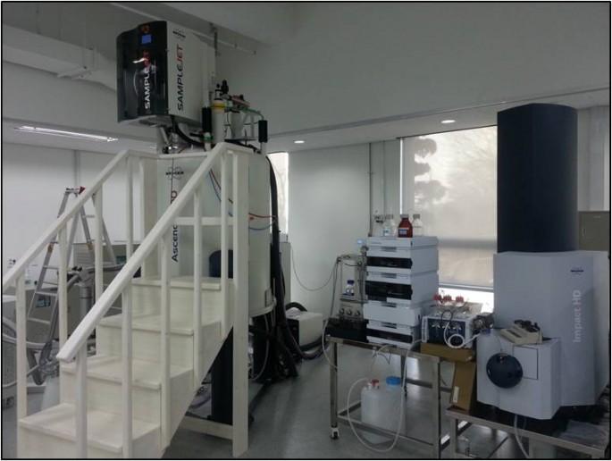 대사체 분석연구 전문지원장비인 '초고자장(800MHz) NMR' 장치의 모습. 자동 시료 교환 장치가 장착되어 대량의 시료 분석 가능하다. - 한국기초과학지원연구원 제공