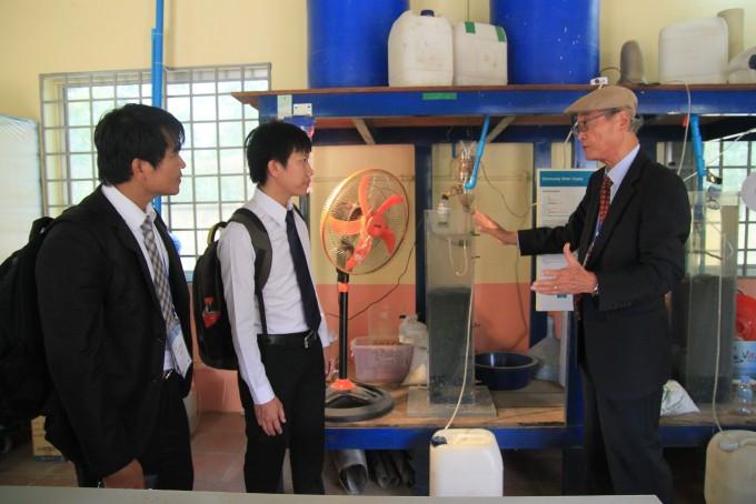최의소 적절기술센터장(오른쪽)이 캄보디아 과학자들에게 센터에서 개발한 현지 보급용 정수 시설을 설명하고 있다.    - 프놈펜=최영준 기자, jxabbey@donga.com 제공
