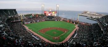 샌프란시스코 자인언츠 AT&T 파크 전경. 오른쪽 담장은 샌프란시스코만과 맞닿아 있어 장외홈런이 나오면 공이 바다에 빠진다. 이를 '스플래쉬 히트'라고 부른다. 현재까지 스플래쉬 히트를 가장 많이 기록한 사람은 베리 본즈다. 그 비법은 박태환이 복용한 스테로이드였다. - 위키미디어 제공