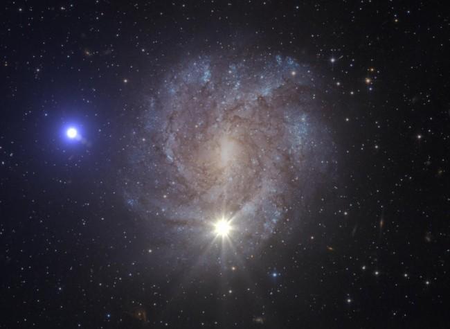 초당 1200km로 날아가는 별(왼쪽 파란 별)을 표현한 상상도. 가운데 아래에 있는 노란 빛은 이 별을 날려보낸 초신성이다. - 유럽우주국(ESA), 미국항공우주국(NASA) 제공