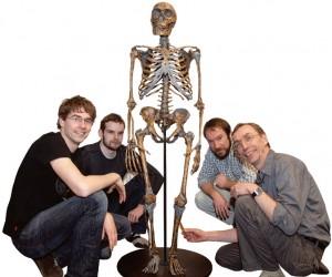 2010년, 네안데르탈인의 게놈을 최초로 해독한 스반테 패보 독일 막스플랑크연구소 박사(맨 오른쪽)팀. 복원된 네안데르탈인의 골격과 사진을 찍었다. - PNAS 제공
