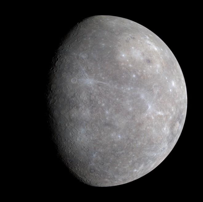 어두운 수성 표면의 모습. - 미국항공우주국(NASA) 제공