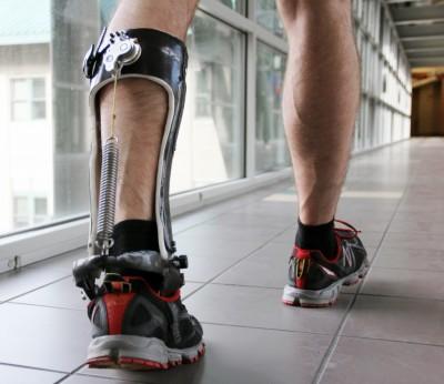 연구진이 개발한 웨어러블 외골격 장치. 발목과 종아리 사이에 착용하면 걸을 때 소모되는 에너지를 줄여 준다. - Steve Collins 제공