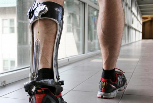 목발 대신 '외골격 로봇' 신어 보세요