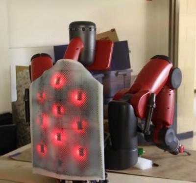 산업 현장에서 쓰이는 인간형 로봇 '박스터(Baxter)'의 등에 로봇 피부를 이식했다. 로봇 피부는 사람이 어디에 손을 대고 있는지 위치를 인식할 수 있다. - 니콜라우스 코렐 제공